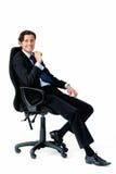 Lycklig man i affärsdress som ner sitter royaltyfria foton