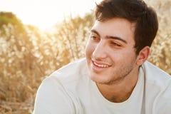 Lycklig man i The Field Arkivfoto