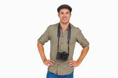 Lycklig man i nått en höjdpunkt lock med kameran runt om hans hals arkivfoton