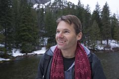 Lycklig man i vinterunderland royaltyfri fotografi