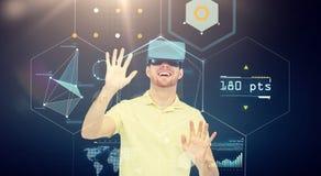 Lycklig man i virtuell verklighethörlurar med mikrofon eller exponeringsglas 3d Royaltyfria Bilder
