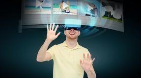 Lycklig man i virtuell verklighethörlurar med mikrofon eller exponeringsglas 3d Royaltyfri Bild
