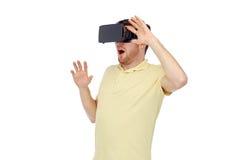 Lycklig man i virtuell verklighethörlurar med mikrofon eller exponeringsglas 3d Fotografering för Bildbyråer