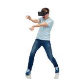 Lycklig man i virtuell verklighethörlurar med mikrofon eller exponeringsglas 3d Arkivfoton