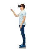 Lycklig man i virtuell verklighethörlurar med mikrofon eller exponeringsglas 3d Arkivfoto