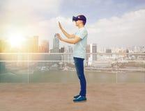 Lycklig man i virtuell verklighethörlurar med mikrofon eller exponeringsglas 3d Royaltyfri Foto