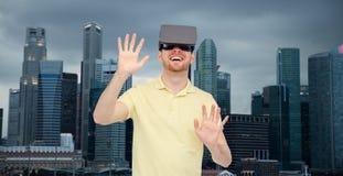 Lycklig man i virtuell verklighethörlurar med mikrofon eller exponeringsglas 3d Royaltyfri Fotografi
