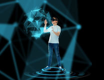 Lycklig man i virtuell verklighethörlurar med mikrofon eller exponeringsglas 3d Royaltyfria Foton