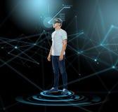 Lycklig man i virtuell verklighethörlurar med mikrofon eller exponeringsglas 3d Arkivbilder
