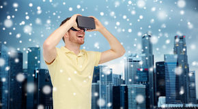 Lycklig man i virtuell verklighethörlurar med mikrofon eller exponeringsglas 3d Arkivbild