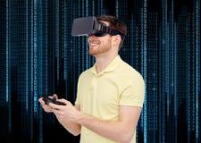 Lycklig man i virtuell verklighethörlurar med mikrofon med gamepad Arkivbilder