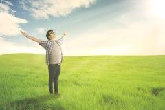 Lycklig man med den öppna tyckande om våren för armsned boll på grön äng royaltyfria foton