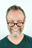 Lycklig man med skägget och exponeringsglas som skrattar, rolig stående arkivbilder