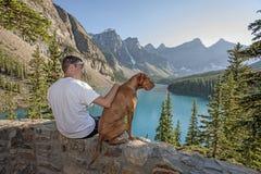 Lycklig man och hund arkivbild