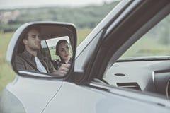 Lycklig man och kvinna på resa royaltyfri fotografi