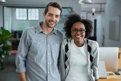 Lycklig man och kvinna som i regeringsställning står Arkivfoton