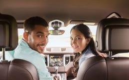 Lycklig man och kvinna som kör i bil royaltyfria bilder