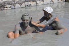 Lycklig man och kvinna som tar ett gyttjebad dalyan kalkon royaltyfri fotografi