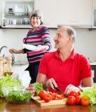 Lycklig man och mogen kvinna som tillsammans gör hushållsarbete Royaltyfri Fotografi