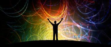 Lycklig man på berömbakgrund med färgrikt rörelseljus arkivfoton