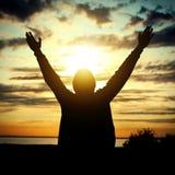 Lycklig man på solnedgången Arkivbild