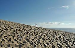 Lycklig man på stranden Arkivfoton