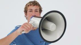 Lycklig man som använder en megafon lager videofilmer