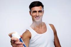 Lycklig man som besprutar deodoranten Royaltyfri Fotografi