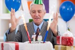 Lycklig man som firar födelsedag Arkivbilder