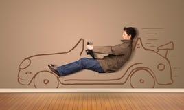 Lycklig man som kör en hand dragen bil på väggen Royaltyfri Bild