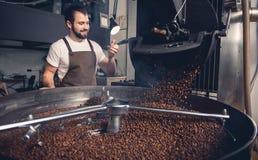 Lycklig man som kontrollerar förbereda kaffekorn Fotografering för Bildbyråer