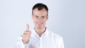 Lycklig man som ler upp och visar tummen Arkivbilder