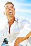 Lycklig man som ler, utomhus- glat leende arkivfoto