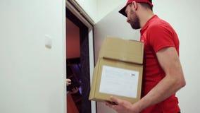 Lycklig man som levererar jordlottaskar till kundhemmet lager videofilmer