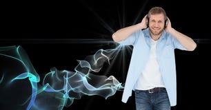 Lycklig man som lyssnar till musik på hörlurar Royaltyfri Bild
