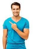 Lycklig man som pekar över vit bakgrund Fotografering för Bildbyråer