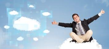 Lycklig man som ser det moderna molnnätverket Arkivbild