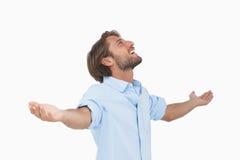 Lycklig man som ser upp med utsträckta armar Fotografering för Bildbyråer