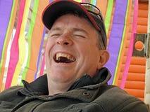 Lycklig man som skrattar av hans huvud royaltyfri bild
