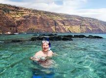 lycklig man som snorkeling royaltyfri fotografi