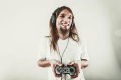 Lycklig man som spelar lekar Arkivbilder