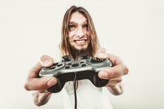 Lycklig man som spelar lekar Arkivfoton