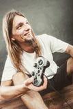Lycklig man som spelar lekar Arkivbild