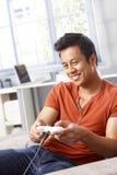 Lycklig man som spelar videospelet Royaltyfria Foton