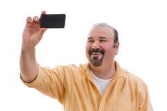 Lycklig man som tar en självstående på hans mobil Royaltyfria Bilder