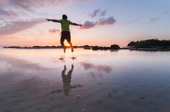Lycklig manbanhoppning in i vattnet Royaltyfri Fotografi