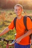 Lycklig mancyklist exponerad av solljus Arkivbild