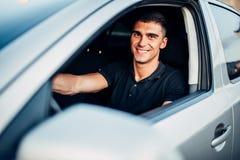 Lycklig manlig chaufför i bilen som annonserar begrepp arkivbilder