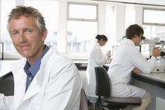Lycklig manlig forskare In Laboratory arkivbilder