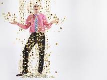 Lycklig manlig ledare under duschen av guld- mynt arkivfoton